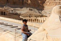 Niño egipcio en el templo de Thutmose - Luxor, Egipto imagen de archivo