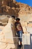 Niño egipcio en el templo de Thutmose - Luxor, Egipto foto de archivo libre de regalías