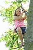Niño - ejecución de la muchacha en rama fotografía de archivo libre de regalías