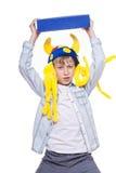 Niño elegante enojado lindo que lleva el sombrero divertido que sostiene un libro azul muy grande Fotos de archivo libres de regalías