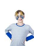 Niño elegante hermoso en la camiseta colorida que lleva las gafas de sol elegantes Imagen de archivo