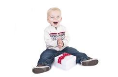 Niño emocionado sobre la apertura de su nuevo presente Imagen de archivo libre de regalías