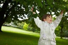 Niño en árbol imágenes de archivo libres de regalías
