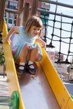 Niño en área del patio Imagenes de archivo