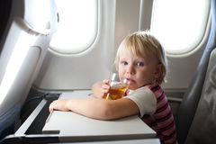 Niño en aeroplano imagen de archivo