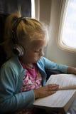 Niño en aeroplano fotos de archivo libres de regalías