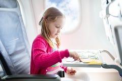 Niño en aeroplano Mosca con la familia Viaje de los niños foto de archivo