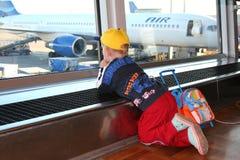 Niño en aeroport Imágenes de archivo libres de regalías