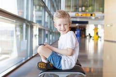 Niño en aeropuerto Imágenes de archivo libres de regalías