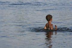Niño en agua Foto de archivo libre de regalías
