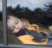 Niño en asiento de coche imagen de archivo