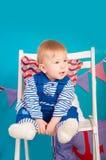 Niño en azul con las cáscaras del mar Imagenes de archivo