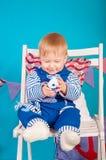 Niño en azul con las cáscaras del mar Foto de archivo