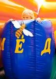Niño en barril de la miel Fotos de archivo