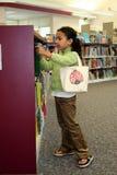 Niño en biblioteca Fotografía de archivo libre de regalías