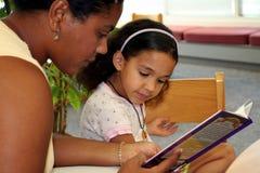 Niño en biblioteca Fotografía de archivo