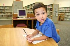 Niño en biblioteca fotos de archivo