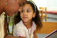 Niño en biblioteca Imagen de archivo