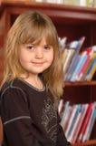 Niño en biblioteca Imagen de archivo libre de regalías