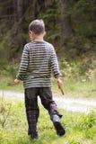 Niño en bosque Fotografía de archivo