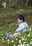 Niño en bosque del resorte Imagenes de archivo