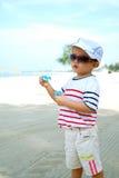 Niño en burbujas que soplan de la playa Imágenes de archivo libres de regalías