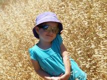 Niño en campo de trigo Fotos de archivo libres de regalías