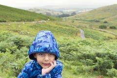 Niño en campo verde Fotografía de archivo libre de regalías