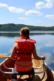 Niño en canoa fotos de archivo