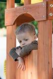 Niño en casa del árbol Fotografía de archivo