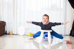 Niño en casa que juega Foto de archivo