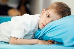 Niño en casa que juega Imagen de archivo libre de regalías