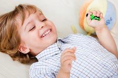 Niño en casa que juega Imagenes de archivo