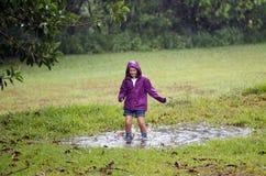 Niño en charco fangoso Foto de archivo