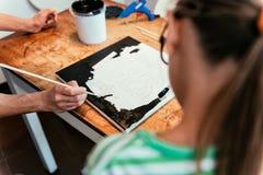 Niño en clase de arte con el profesor Fotos de archivo libres de regalías