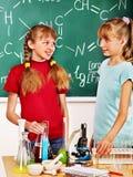 Niño en clase de química Foto de archivo