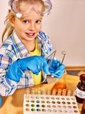 Niño en clase de química foto de archivo libre de regalías