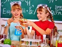 Niño en clase de química Fotografía de archivo libre de regalías