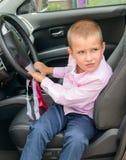 Niño en coche imagen de archivo