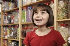 Niño en departamento dulce Foto de archivo