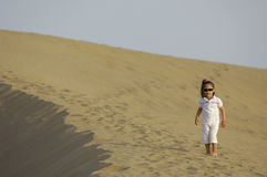 Niño en desierto Foto de archivo