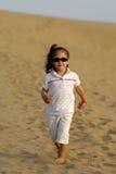 Niño en desierto Imagen de archivo