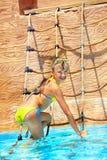 Niño en diapositiva de agua en el aquapark. Fotografía de archivo libre de regalías