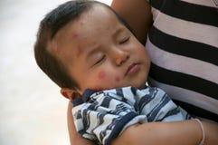 Niño en el abrazo de una madre Fotos de archivo