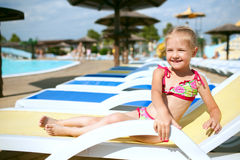 Niño en el agua azul de la piscina Fotos de archivo
