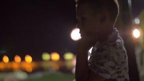 Niño en el balcón en la noche almacen de video