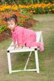 Niño en el banco imagen de archivo