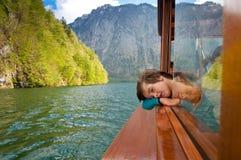 Niño en el barco imágenes de archivo libres de regalías