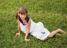 Niño en el césped foto de archivo libre de regalías