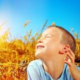 Niño en el campo Foto de archivo libre de regalías